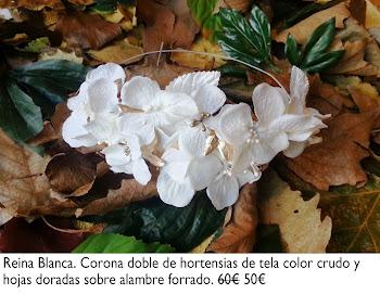 Corona de hortensias color crudo y hojas doradas sobre alambre forrado