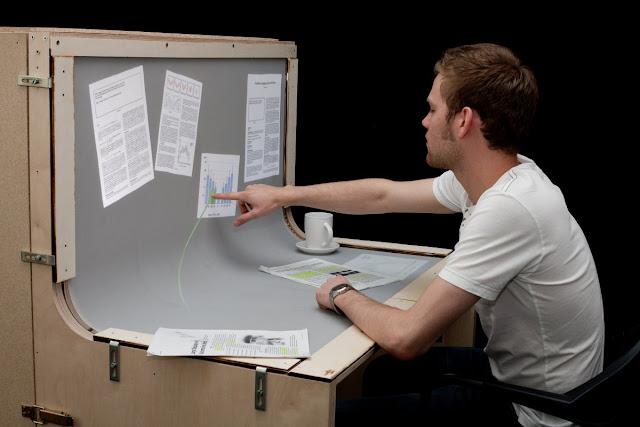 مكتب يعمل ككمبيوتر ثلاثي الأبعاد باللمس 0111.jpg