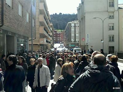 Ciudadanso concentrados antes de la visita del consejero
