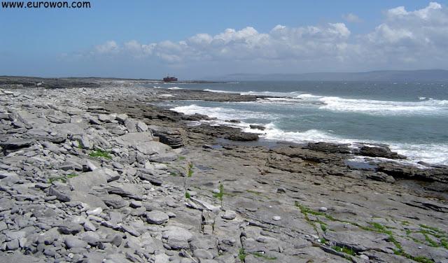 Costa de Inisheer en la islas Aran de Irlanda