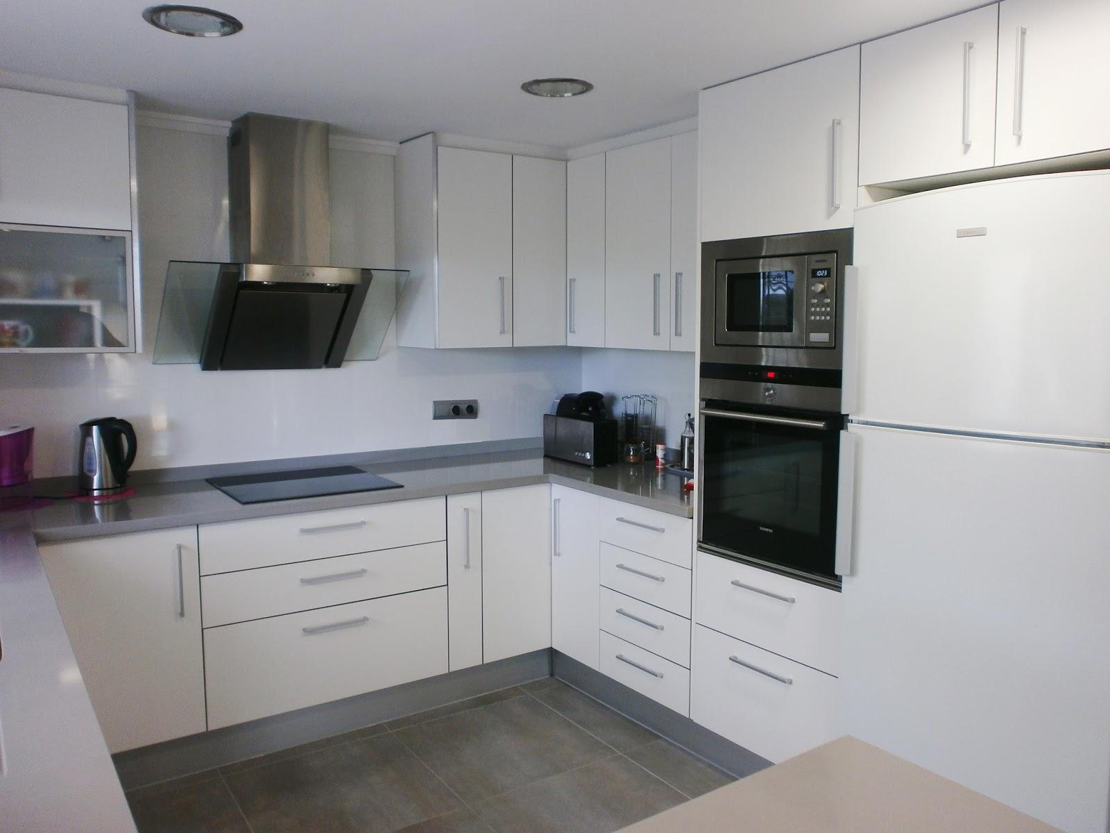La reforma de la cocina un proyecto que debe ser personal - Cocinas con electrodomesticos blancos ...
