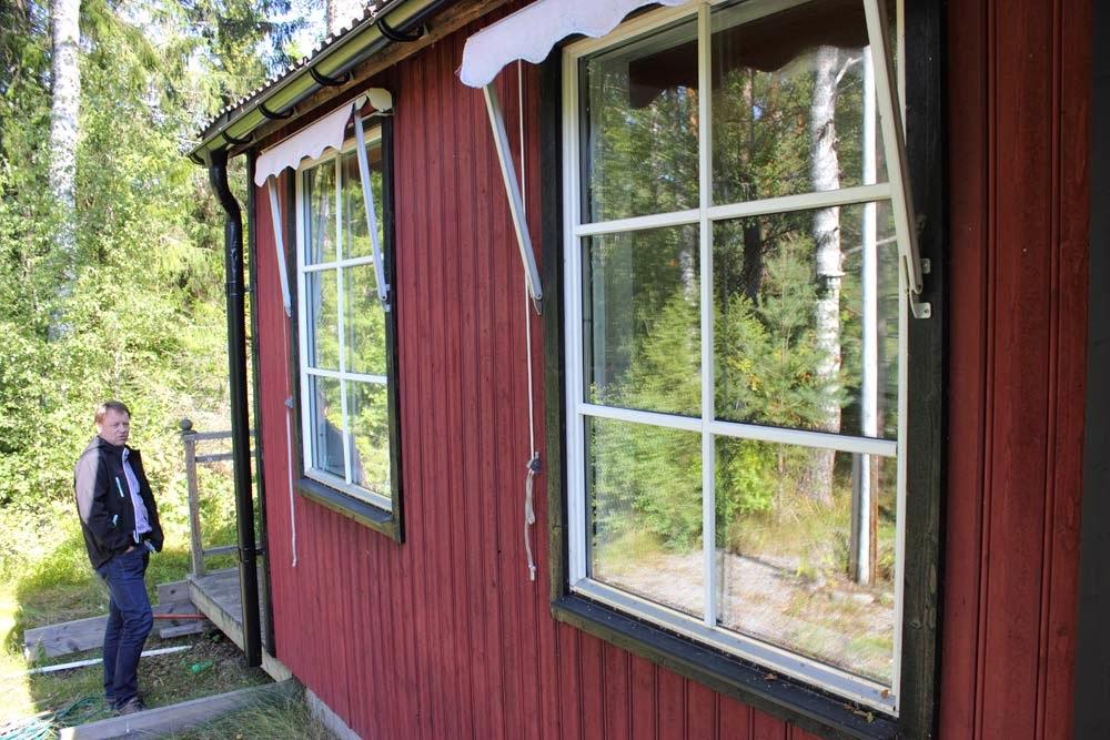 Det såg ut som man hade bytt fönster till dessa 3-glas fönster med minimarkis, betydligt bättre än 2-glas fönster. Dom vita stängerna/läkt? ser ut att sats dit extra också. Tveksamt om dom var orginal till föntren.