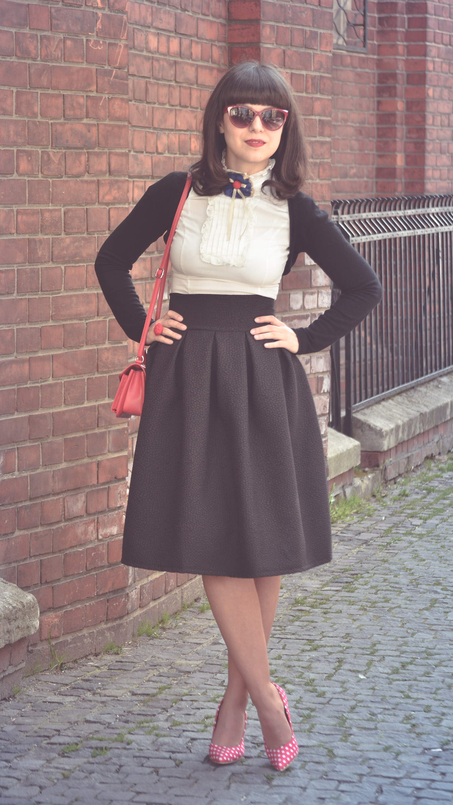 midi puffed up 50s black style skirt vintage style white shirt dotted red heels minnie outfit red purse depurtat