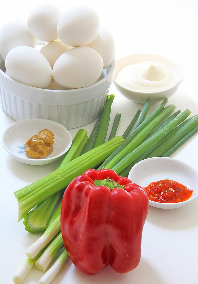 Салат с рублеными яйцами, сладким перцем и сельдереем.