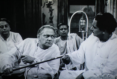 Huzur (Chhabi Biswas) humiliates Mahim Ganguly after the final perfromance, Jalsaghar, Directed by Satyajit Ray