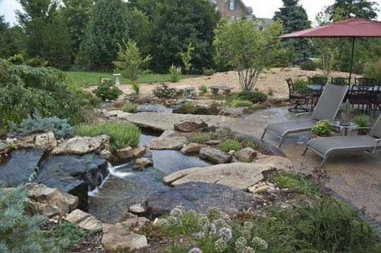 Natural-backyard-design-ideas-with-pond