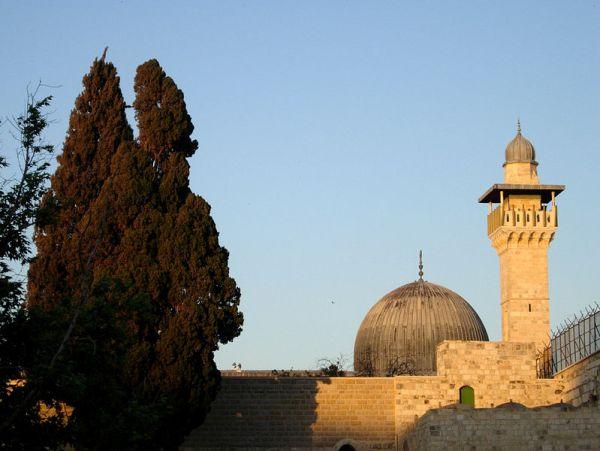 Masjid Al-Aqsa dilihat dari plaza Tembok Barat, 2005.