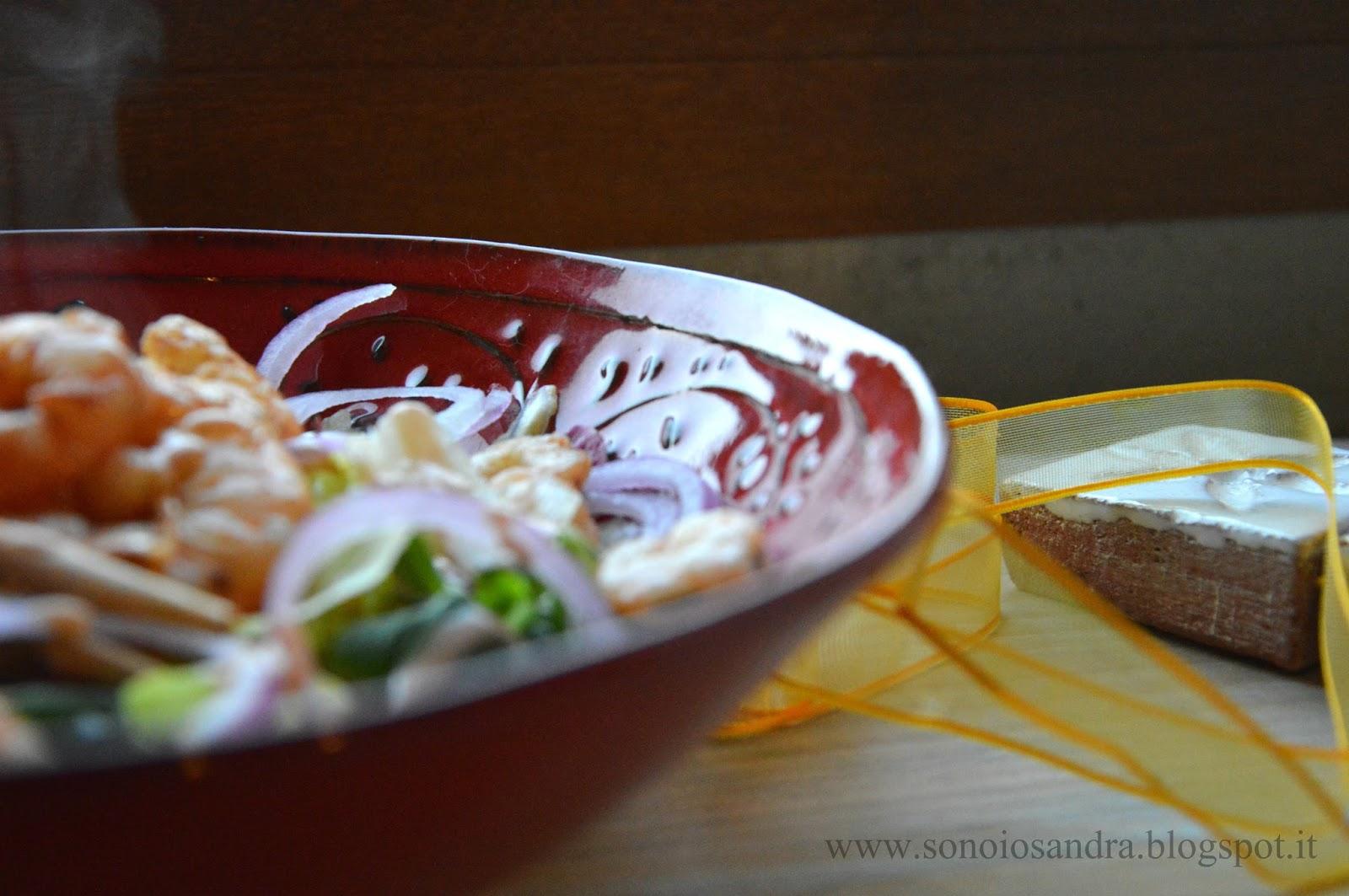 adolescenza,insalata di code di gambero croccanti alla paprika  in salsa rosa e med diet (dieta mediterranea)