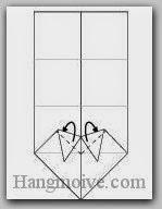 Bước 6: Gấp chéo hai cạnh giấy vào trong giữa hai lớp giấy.