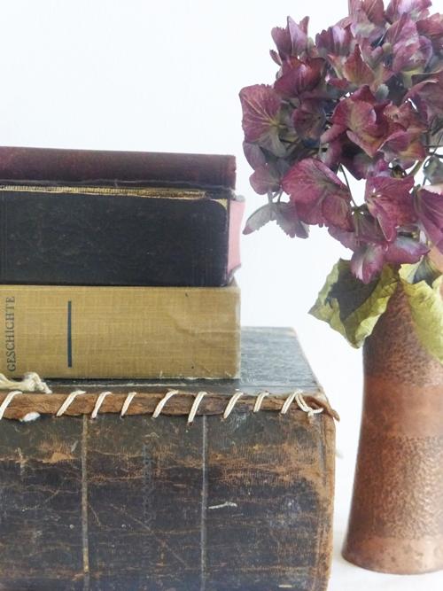 Deko alte Bücher und Hortensie in Kupfervase