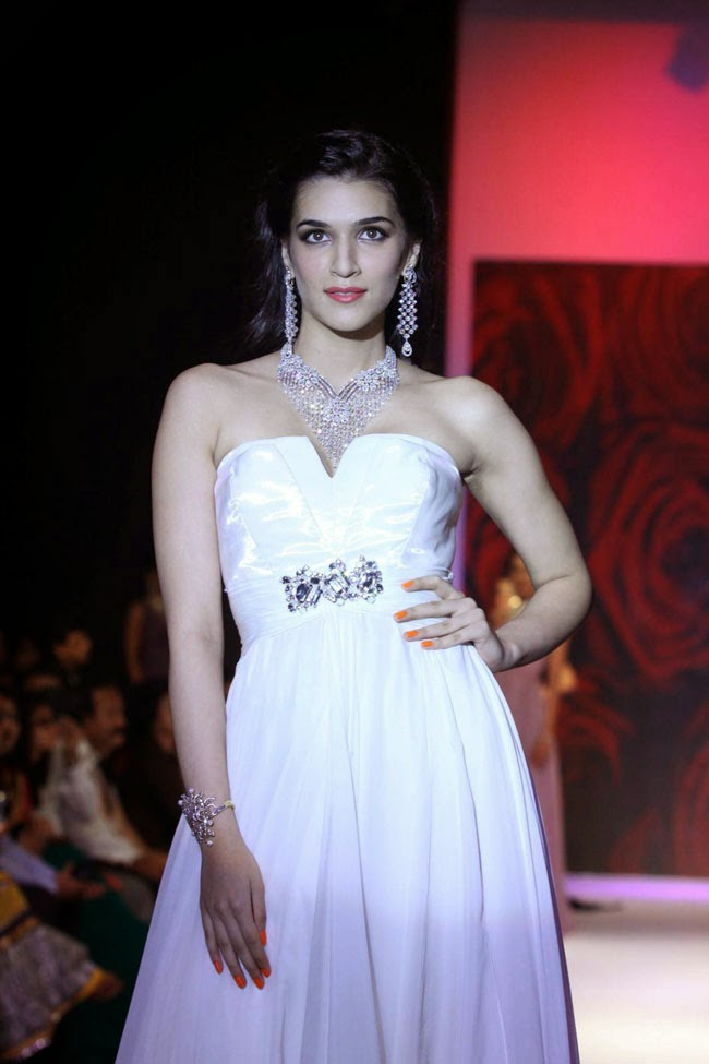 Actress Kriti Sanon at India International Jewellery Week 2014