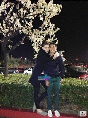 Hình ảnh ôm vai bá cổ hạnh phúc của vợ chồng Hà Hồ và Cường Đôla ở Mỹ.