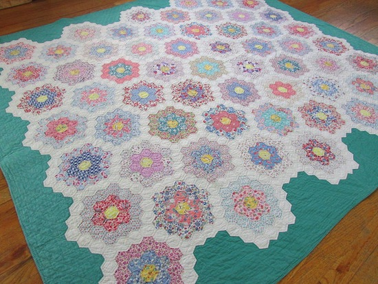http://2.bp.blogspot.com/-DWlxQR1zOZw/VCGoDb75qnI/AAAAAAAAElM/00_96YCbAHc/s1600/finishing_english_paper_pieced_quilt.jpg