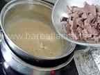 Tort Dobos reteta preparare crema - asezam compozitia pe aragaz la bain-marie si punem ciocolata bucatita