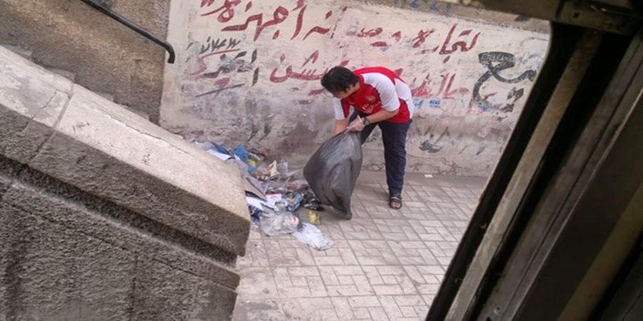 تقرير مصور :  طلاب ماليزيا ينظفون محطة ترام الجامعة