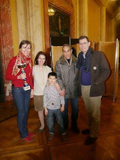 Le maire de la ville de Vincennes Laurent Lafon en présence de Tatiana Dornbusch et la famille Souissi (Samira, Richard et Elyes) © Chess & Strategy