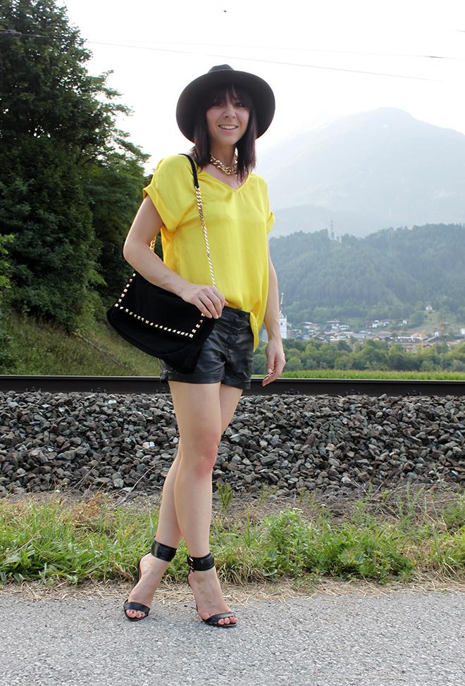 outfit schwarze lederhose und gelbes seidenshirt von mango. Black Bedroom Furniture Sets. Home Design Ideas