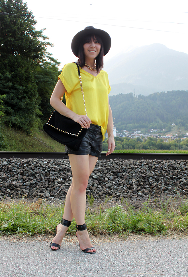 outfit_trend_schwarz_gelb_ledershorts_satinbluse_hm_mango_bondageheels_citybag_zara