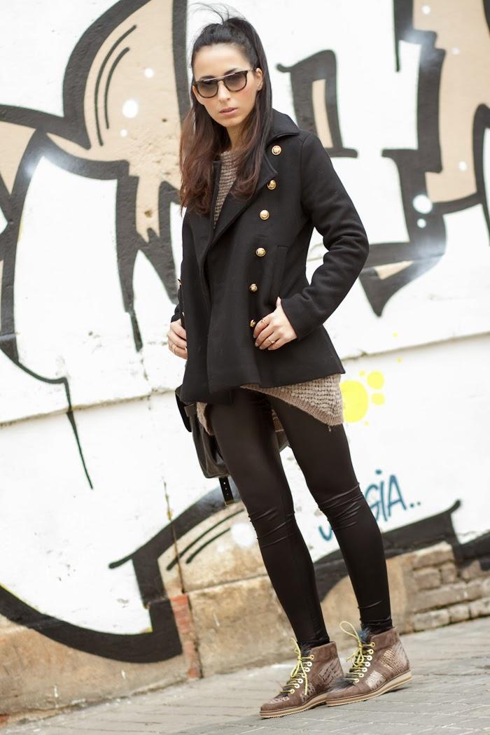 Look deportivo con sneakers de cuero grabado y abrigo