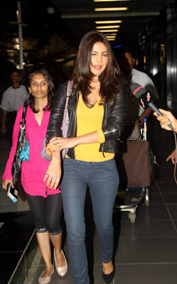 priyanka chopra snapped at airport hot images