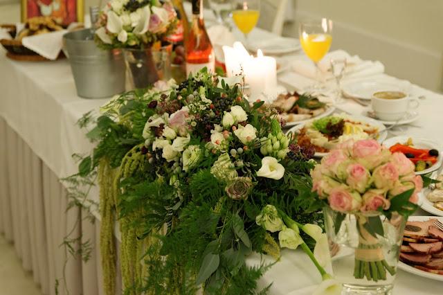 Szare akcenty w bukietach na stole weselnym.