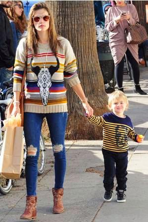 Trend Model Celana Jeans Wanita Selebritis Dunia Terbaru