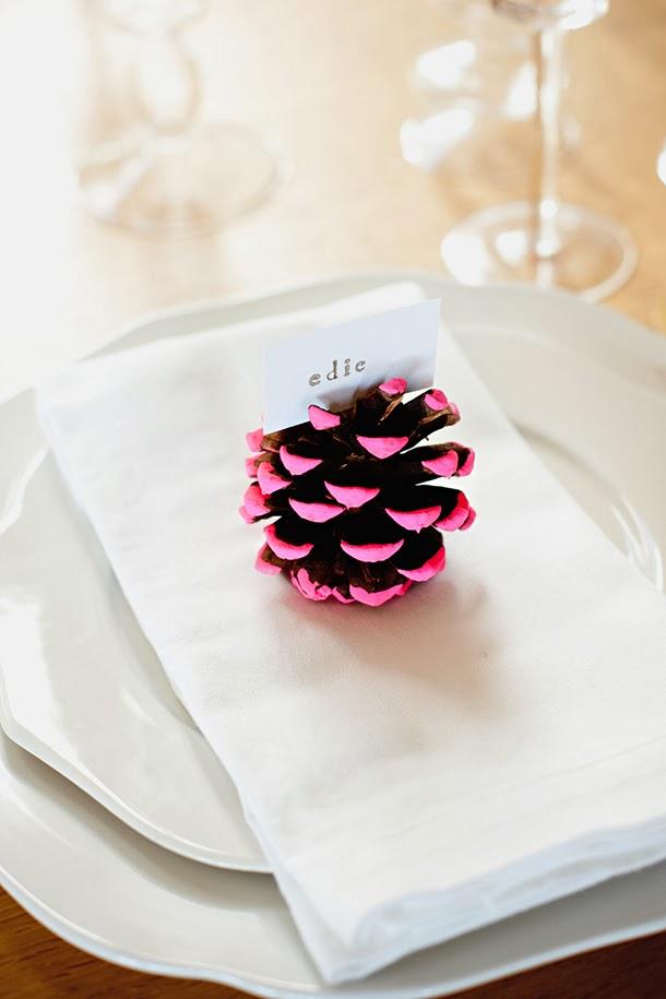 25 id es pour votre table de no l blog d co mydecolab - Marque place pomme de pin ...