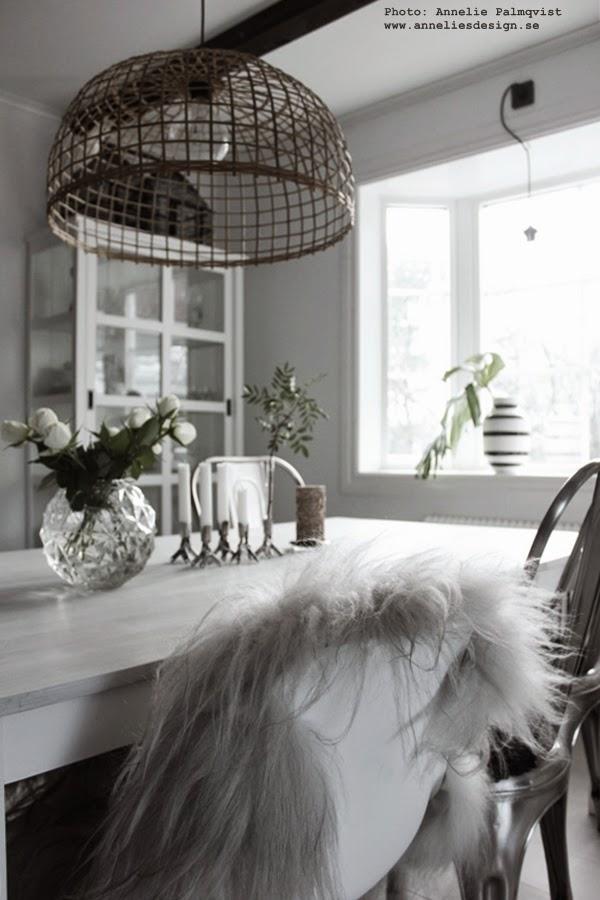 isländskt fårskinn, långhårigt skinn, rund vas med bubblor, hemtex vas, rosor, vitt, vitt matbord, vitrinskåp, kähler svart och vit randig vas,