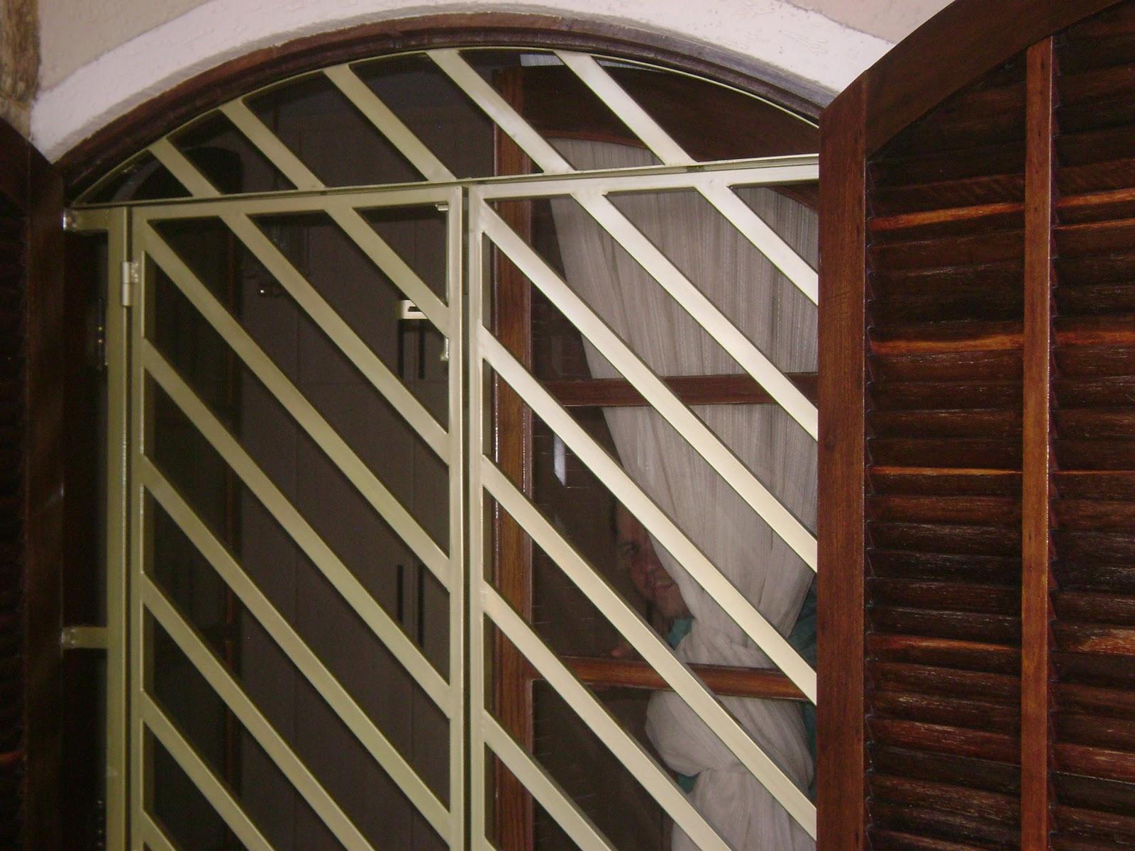 #633B25 Portão de proteção construído em tubo diagonal abertura tipo  564 Janelas Em Arco De Aluminio