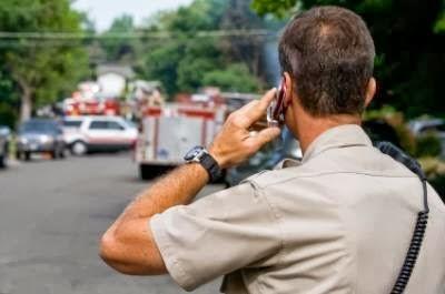 http://2.bp.blogspot.com/-DZUBlB9s8K8/UmU3oSzxL2I/AAAAAAAAvZg/tAVdwBbMZz0/s1600/Police-on-a-cell-phoneMA29294124-0009.jpg