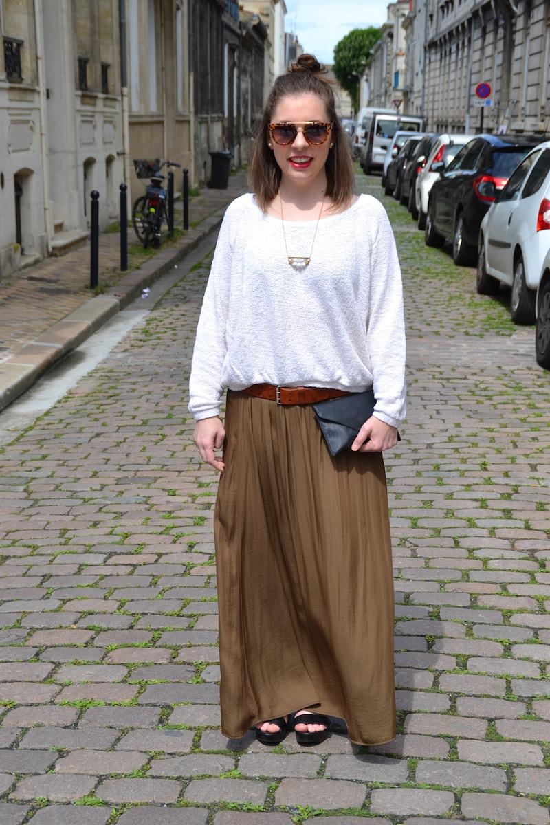 Pull blanc zara, jupe longue kaki zara, ceinture Isabel Marant et chaussures Bakajoo