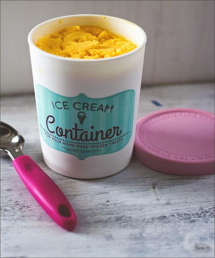 Mango-Eis mit Joghurt, in einem Ice Cream Container