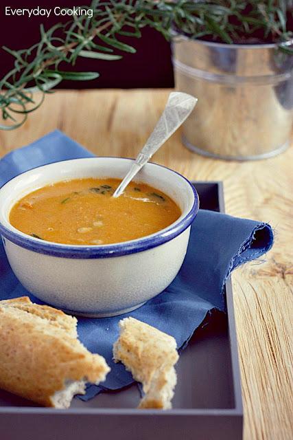 Zupa z pieczonych pomidorów z ciecierzycą i rozmarynem