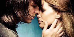 wanita cantik cium cinta