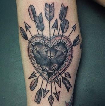 Fotos de tatuagens de coração com flechas