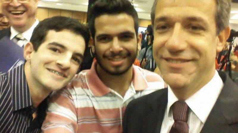 Os estudantes João Pedro e Pedro Henrique com o Ministro da Saúde Arthur Chioro – formado pelo UNIFESO – na Mostra de Experiências em Atenção Básica/Saúde da Família