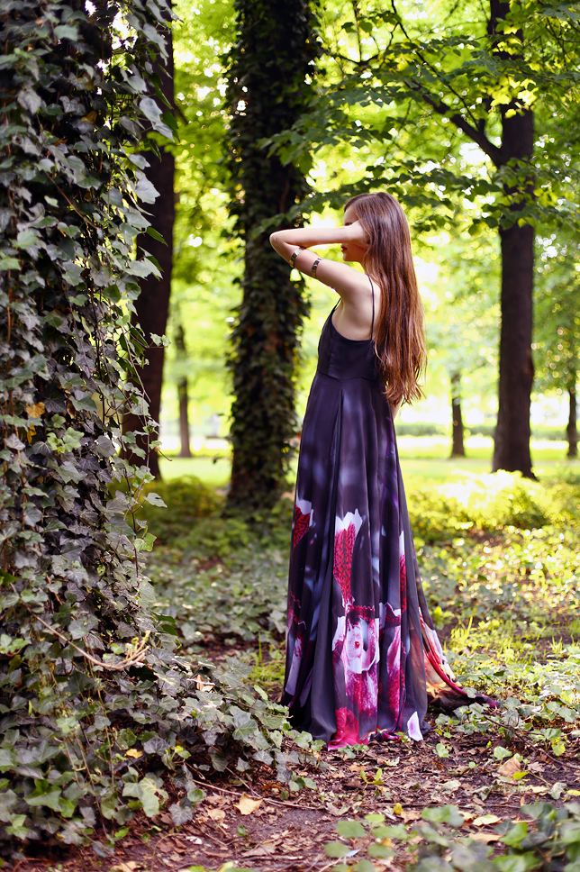 fioletowa długa sukienka stylizacja ogród zamkowy w Poznaniu