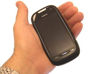 Nokia 701 com capa de silicone do C7-00