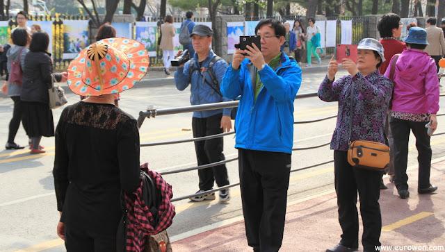 Coreanos maduros tomando fotos en Yeouido