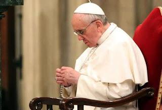 Papa se comove em entrevista telefônica ao falar dos atentados em Paris