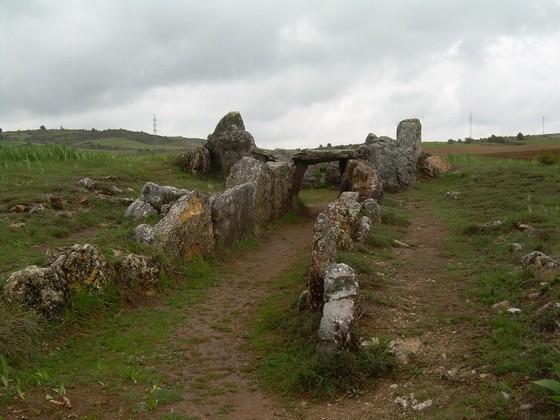 imagen_dolmen_prehistoria_megalito_burgos_piedras_circulo_enterramiento_tumulo_cubillejo_lara_mazariegos_antropomorfo_arte_rupestre