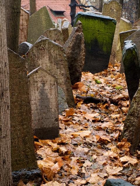 Caminos cubiertos de hojas de otoño en el cementerio judio de Praga
