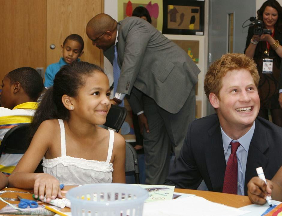 принц Гарри во время визита в Гарлемский детский дом в одноименном районе Нью-Йорка.
