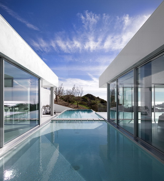 Long swimming pool in Modern Villa Escarpa by Mario Martins