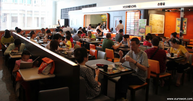 Interior de restaurante Yoshinoya en Hong Kong