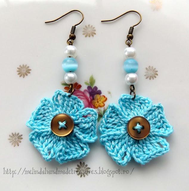 Boucle d'oreilles en petites fleurs bleus