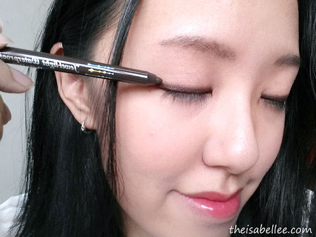 Applying Holika Holika Jewel Light Waterproof Eyeliner on eye