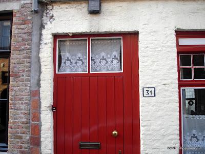 Нарисованный на стене номер дома 31