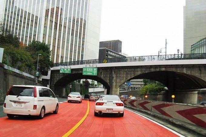 ماذا تفعل هذه الطبقة الحمراء الموجودة في شوارع اليابان