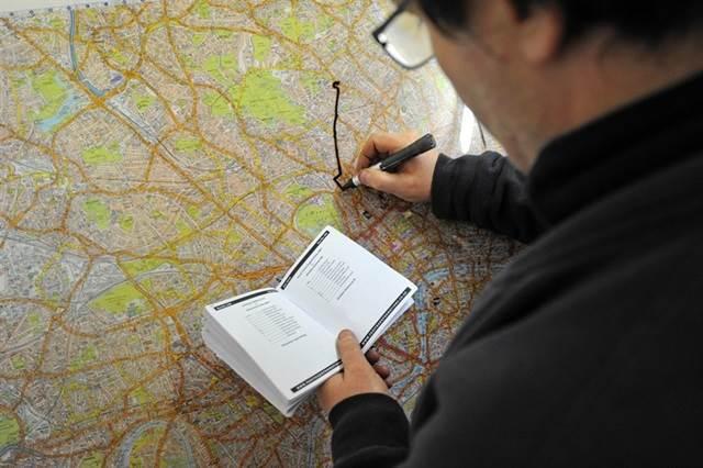 pemandu teksi melukis laluan di atas peta london